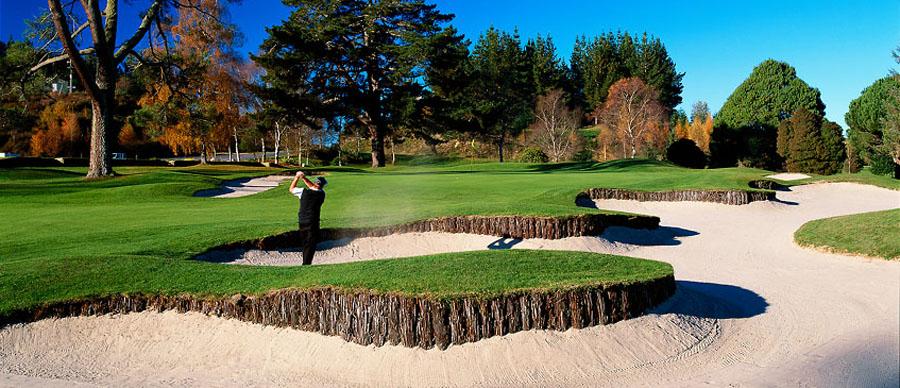 Aroha Luxury Tours - New Zealand Wine Tours - Enjoy a round of golf on holiday!